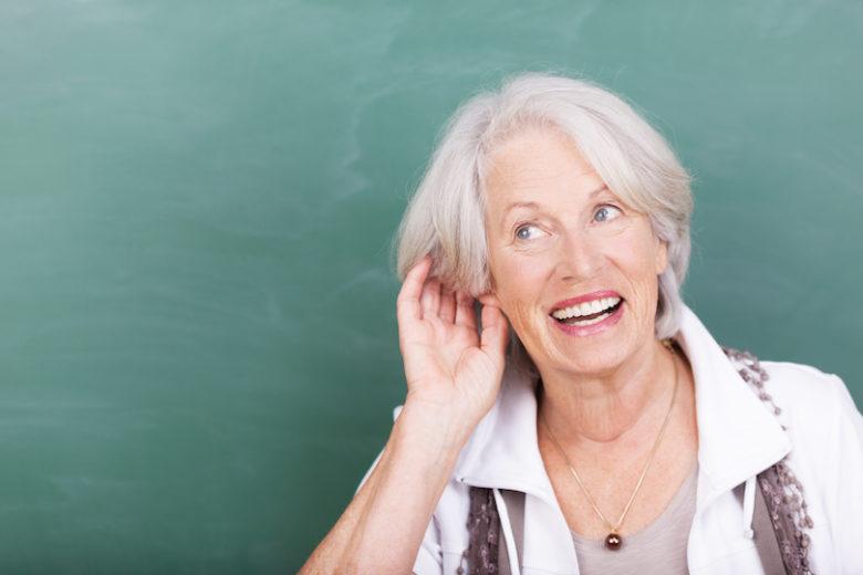 Öreg hölgy hallási problémákkal