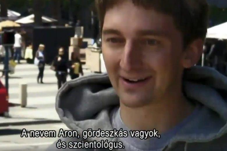Aron, gördeszkás