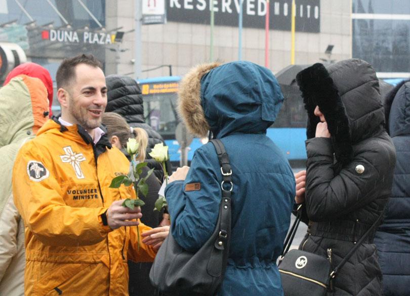Virágot ad át az egyház egyik tagja egy nőnek