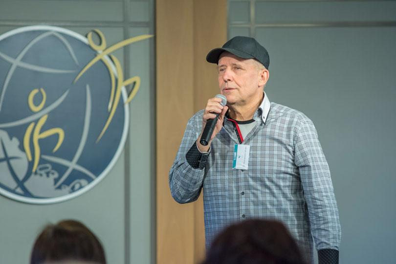 Dr. Komáromi István előadást tart a drogmegelőzési konferencián