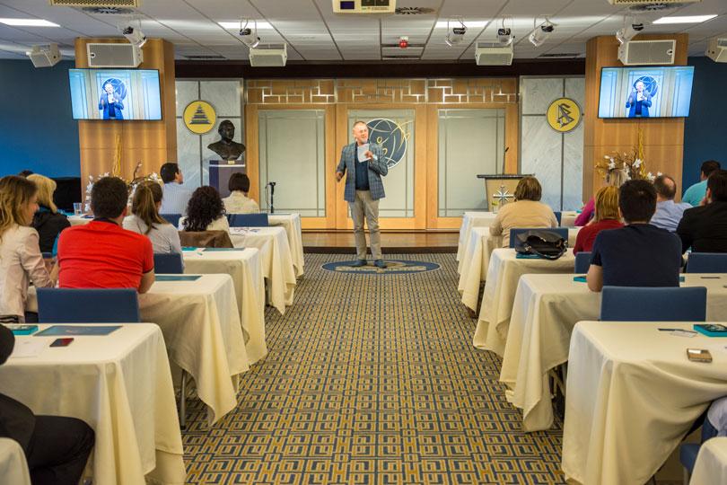 Dr Lenkei Gábor előadást tart a drogmegelőzési konferencián