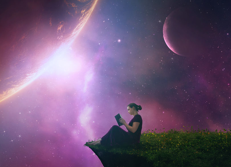 Lány könyvet olvas háttérben bolygók képével