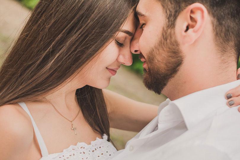 Szerelmes pár ölelkezve egymás homlokának támaszkodva
