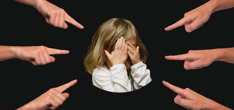 Szemét eltakaró gyerek akire 6 kéz mutat-önbizalom növelés