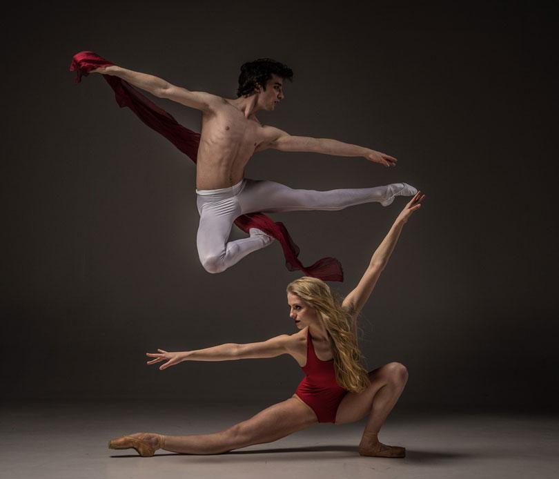 Egy női és férfi balett táncos gyakorol-önbzalom növelés