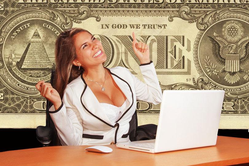 Nő fehér ruhában boldog és magabiztosan mutat a háttérben látható egy dolláros feliratára-önbizalom növelés