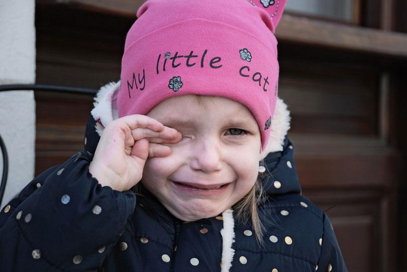 Könnyeit törölgető kislány - hiszti