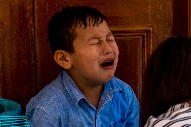 hisztizve síroó gyerek