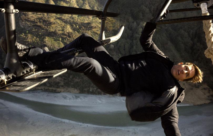 Tom Cruise lóg egy helikopter talpáról a levegőben.
