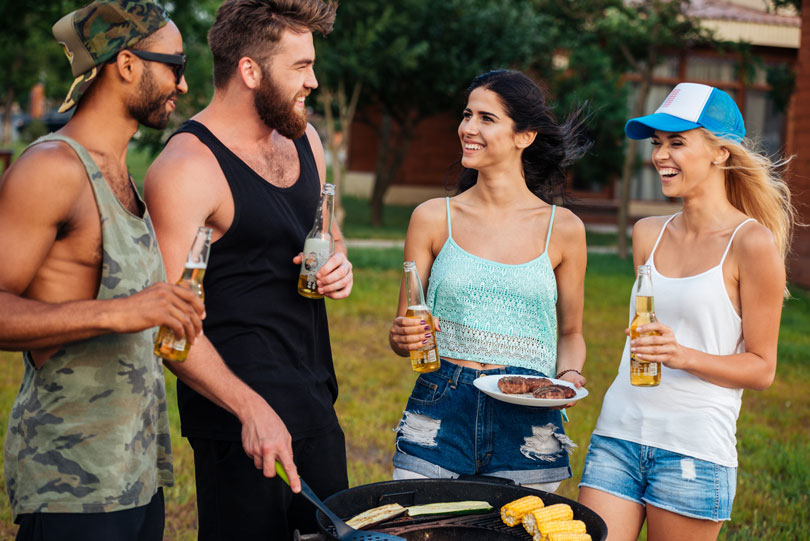 2 férfi és 2 nő grillezik és közben egymásra nevetnek